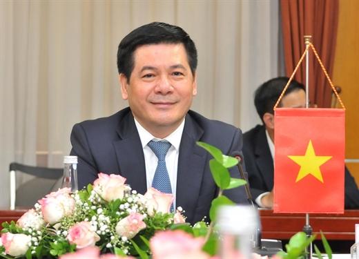 Bộ trưởng Nguyễn Hồng Diên nêu ý kiến.
